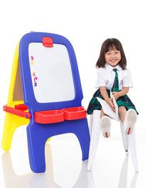 坐在凳子上微笑的小女孩