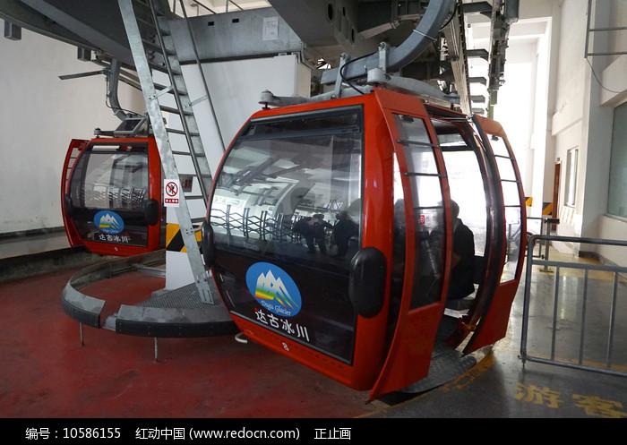 阿坝达古冰山索道下站的缆车图片