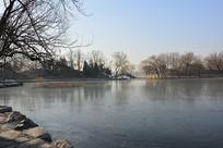 北京圆明园冬日湖泊