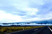 蓝天白云下的草原公路