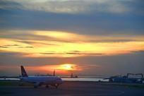 落日余晖下的中国香港国际机场