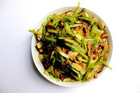 芹菜香菇炒猪肉