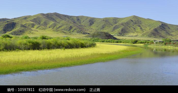 红原大草原河滩草地和山峦 图片