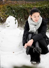 堆雪人美女雪景