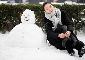 堆雪人美女雪景侧坐