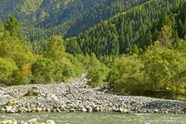 高山下的清澈溪水