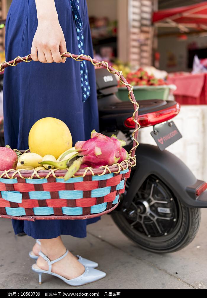 提水果的女人图片