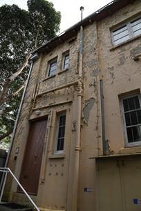 外墙脱皮的老建筑