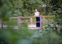 小桥边远看的女人正面