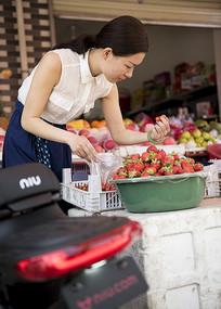 卖水果的女人