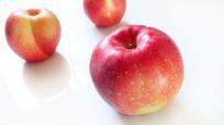 在白色背景上摆放的红苹果