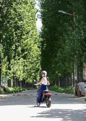 准备骑行的女人