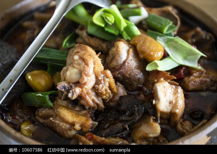 板栗焖鸡图片
