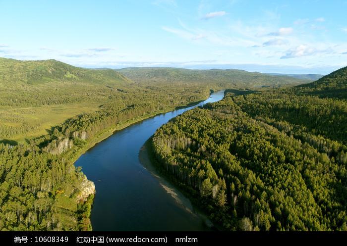 大兴安岭密林中的蓝色河流 图片