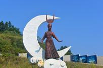 千户苗寨苗族少女和弯月雕塑