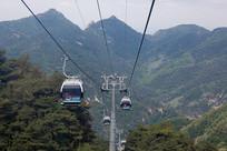乘坐泰山索道观光旅游