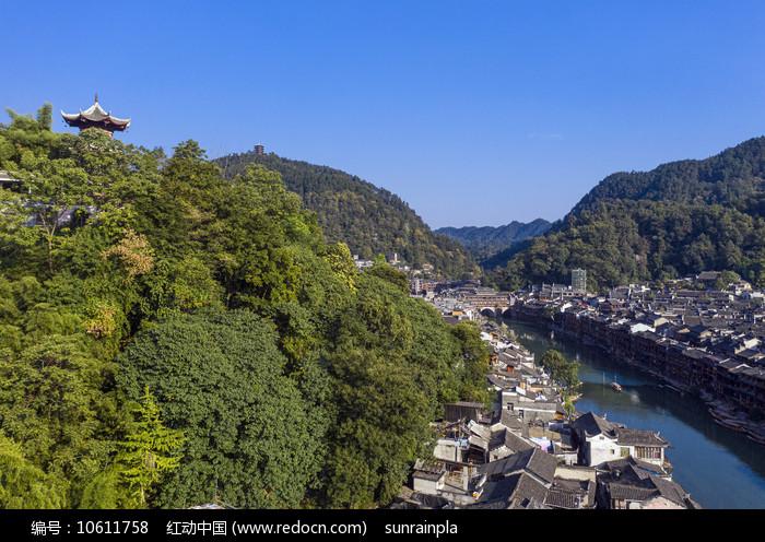 沱江穿过凤凰古城图片