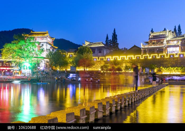 凤凰古城北门跳崖夜景图片