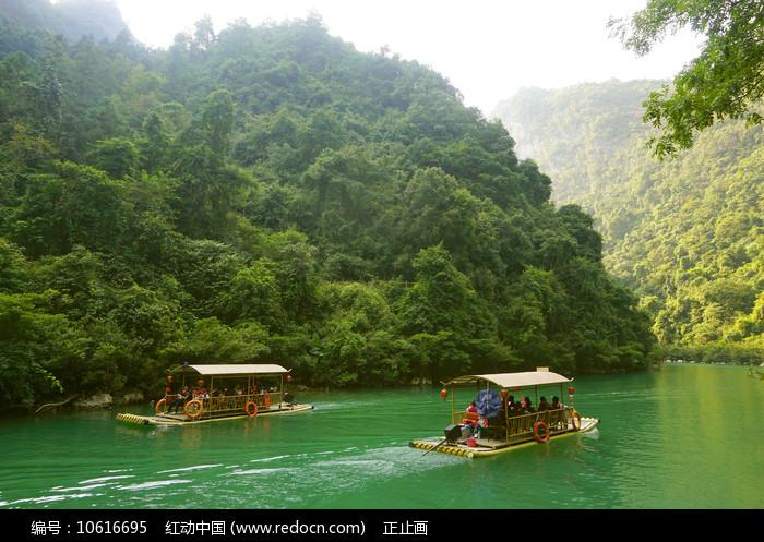黔南荔波大七孔河谷上的竹排图片