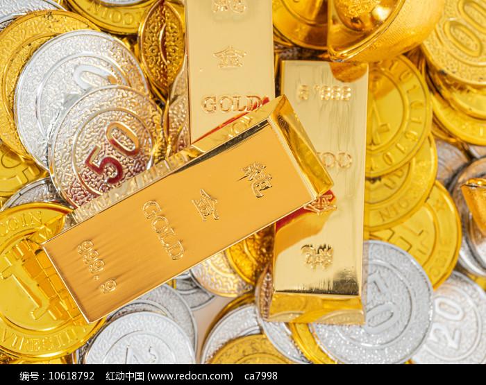 金币上金黄的金条俯拍图