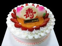 黑色背景上的生日蛋糕