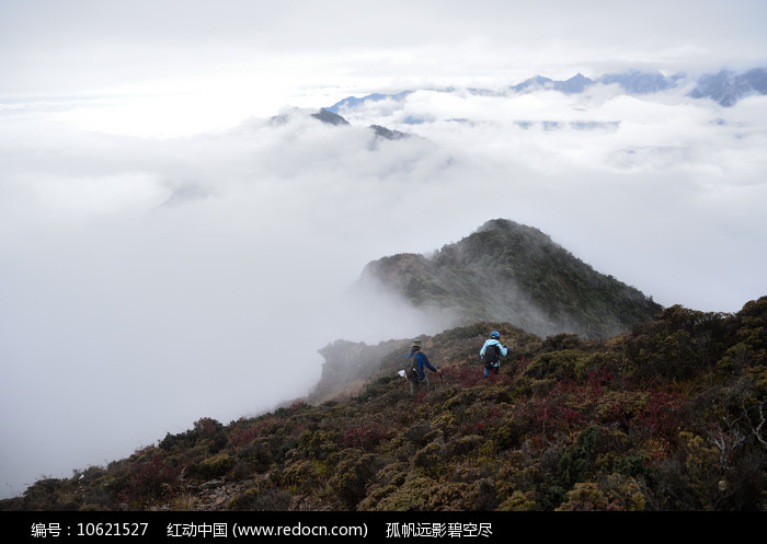 走在云雾中的彭州三口锅登顶路上图片