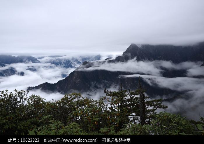 牛坪之上云雾缭绕的彭州三口锅图片