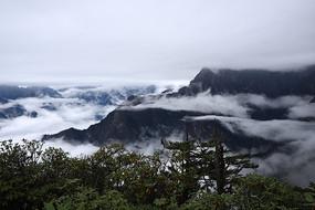 牛坪之上云雾缭绕的彭州三口锅