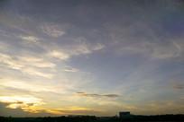 傍晚天空中的晚霞和金色云彩