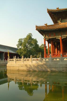 北京国子监辟雍环形水池及倒影
