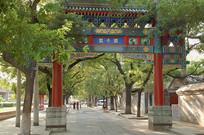 北京国子监胡同的过街牌楼
