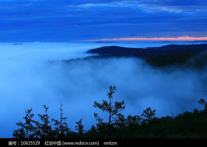 大兴安岭森林云雾晨光图片