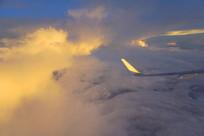 航拍金色晚霞云层-客机机翼