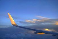 航拍晚霞中的民航客机机翼