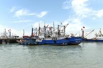 一片停泊的渔船