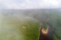 云雾中的激流河风景