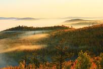 大兴安岭山峦晨雾朝阳