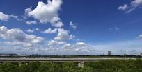 绿野上方的蓝天白云