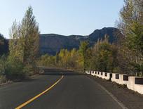 秋天山区道路