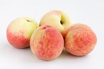 白背景上的一堆桃子