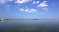 蓝天白云下的滴水湖