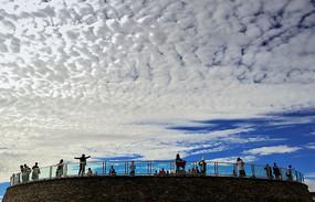 蓝天白云下的游客