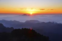 赛武当清晨日照山峦