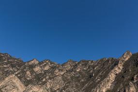 山顶山峰和蓝色天空