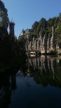 贵州夜郎谷宋氏古堡石头的倒影