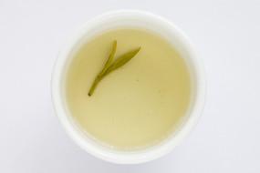 茶碗里的西湖龙井茶茶汤