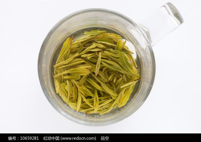 嫩绿色的西湖龙井茶图片