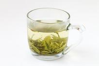 用玻璃杯冲泡的西湖龙井茶
