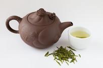用紫砂壶冲泡的西湖龙井茶