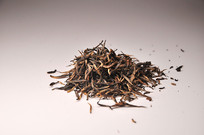 堆在一起的散装金骏眉红茶
